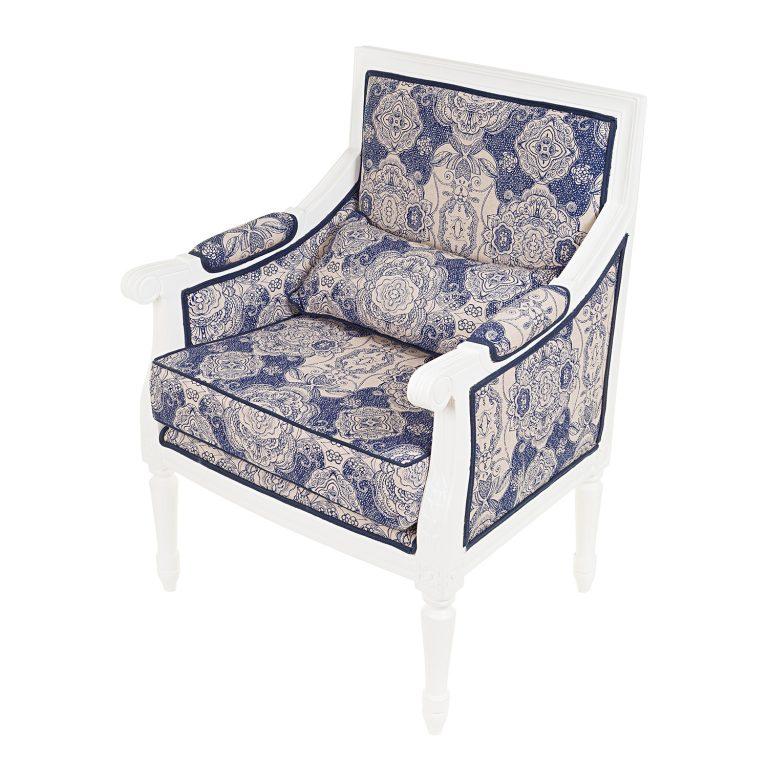 fotografia still de cadeira estilo luis xv branca com tecido estampado azul